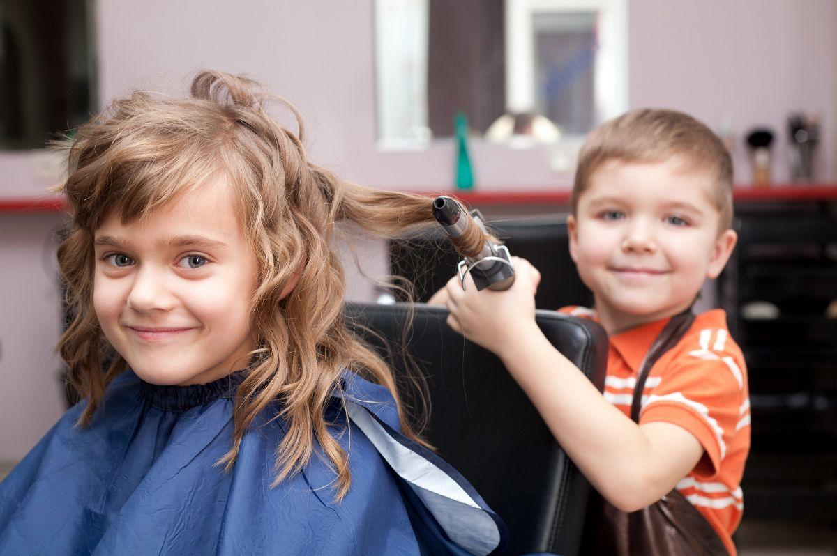 девочка и мальчик в парикмахерской