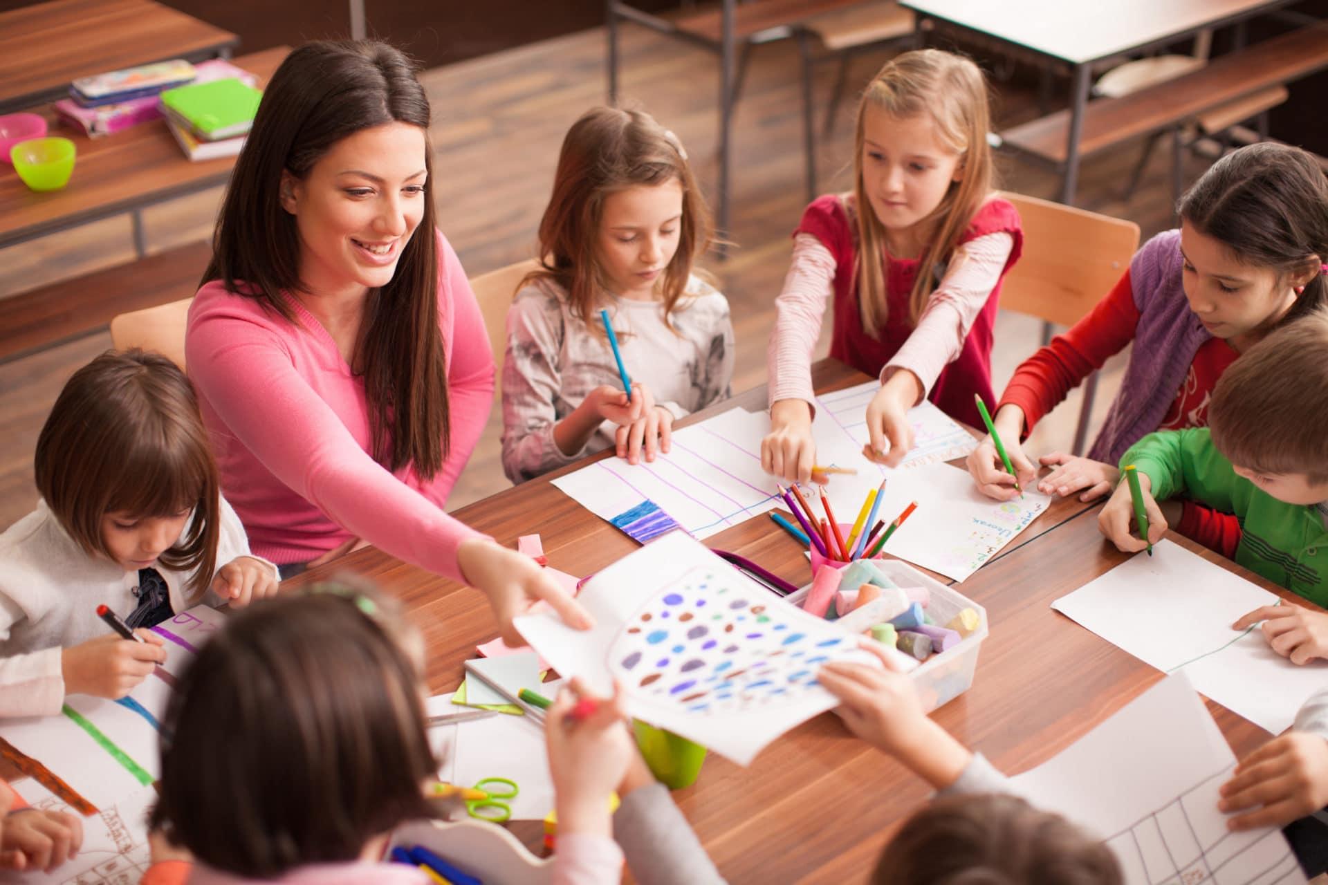 дети на уроке с репетитором