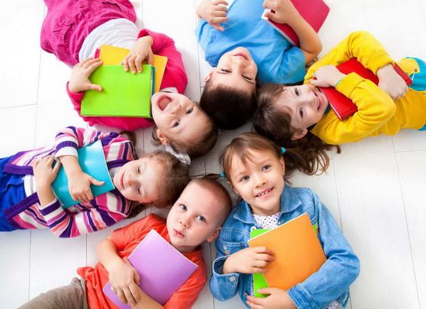 дети учат английский язык в группе в игровой форме