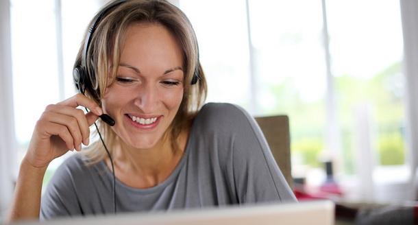 онлайн репетитор проводит урок через Skype